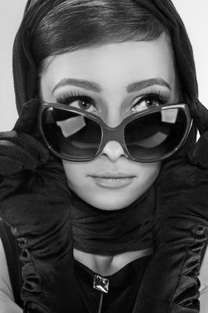 선글라스와 복고 스타일에 아름 다운 갈색 머리 여자