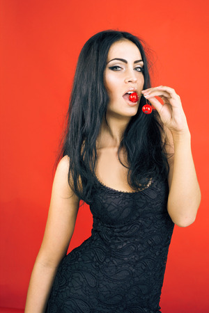 hermosa mujer morena sexy sobre fondo rojo