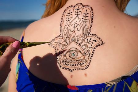 femmes muslim: tatouage au henné sur mehendy mandala main
