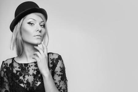 mujeres fashion: cerca retrato de la hermosa mujer rubia en estilo retro vintage. copiar el espacio. blanco y negro.