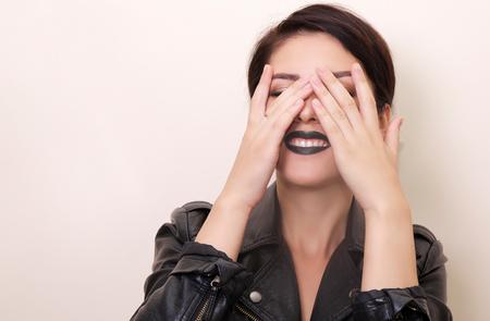 mooie vrouwen: dicht portret van Brunet mooie vrouw in de grunge stijl met zwarte lippen. kopiëren ruimte. Stockfoto