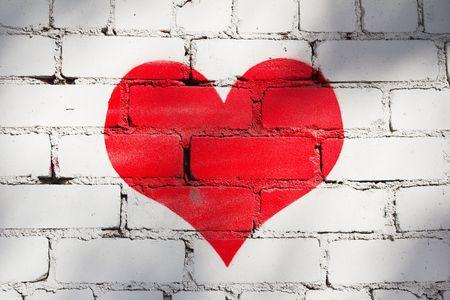 흰색 벽돌 벽에 붉은 색 칠해진 심장 스톡 콘텐츠