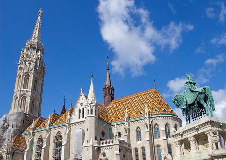castillos: St Stephen Monument Looking at Iglesia de Matías en el castillo de Buda en Budapest, Hungría  Foto de archivo