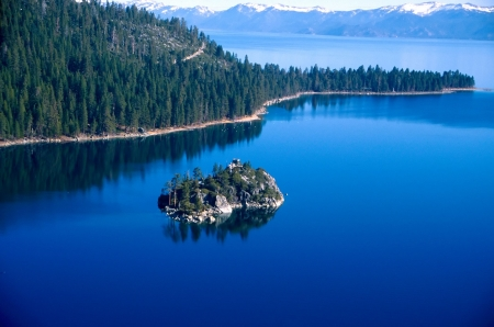 freshwater: Lake Tahoe is a large freshwater lake in the Sierra Nevada mountains of the United States. It is located along the border between California and Nevada, west of Carson City, Nevada. The lake is known for the clarity of its water and the panorama of surrou Stock Photo