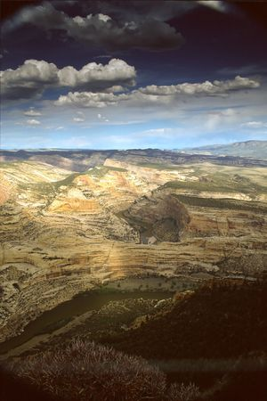 uinta mountains: Dinosaur National Monument is a U.S. National Monument located on the southeast flank of the Uinta Mountains on the border between the American states of Colorado and Utah at the confluence of the Green and Yampa Rivers.