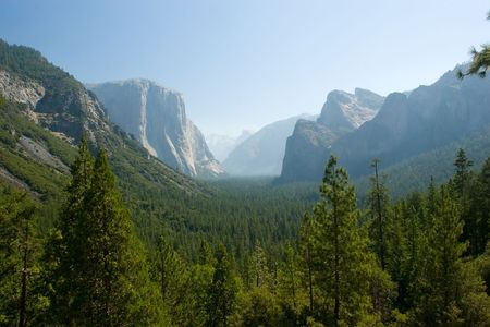 tunnel view: Tunnel View, within Yosemite National Park, is a viewpoint on State Route 41 located directly east of the Wawona Tunnel as one enters Yosemite Valley from the South Stock Photo