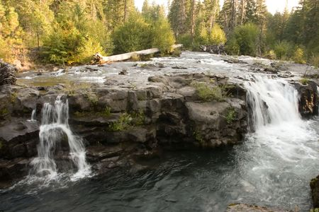 cascade range: The Rogue River in the southwestern part of the U.S. state of Oregon flows from the Cascade Range to the Pacific Ocean.