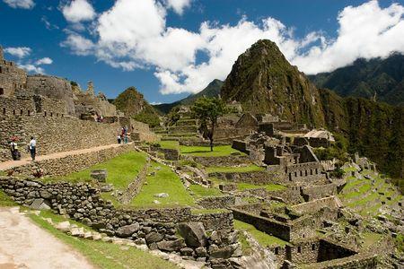 """Machu Picchu is een pre-Columbiaanse Inca site gelegen 2.400 meter (7.875 voet) boven de zeespiegel. Het is gelegen op een bergkam boven de Urubamba-vallei in Peru, dat is 80 km (50 mijl) ten noordwesten van Cusco. Vaak aangeduid als """"De verloren stad van de Inca's"""","""