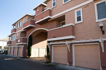 Moderne appartement gebouwen op een zonnige zomerdag