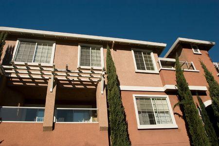 Moderne appartement gebouwen op een zonnige zomer dag