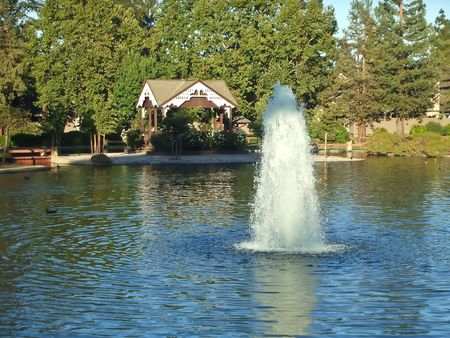 This popular 28-acre park includes acres of lawn that are ideal for  picnics, a lake, an amphitheater, lighted softball field, six lighted tennis courts, and is directly adjacent to the Senior Center, Quinlan Community Center and the Cupertino Sport 免版税图像 - 3414605