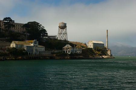 岩は、カリフォルニア州、アメリカ合衆国、サンフランシスコ湾の真ん中にある小さな島です。それは灯台を務めた続いて軍事要塞、それから軍刑