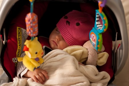 familia viaje: Peque�a ni�a en el asiento de seguridad para dormir.