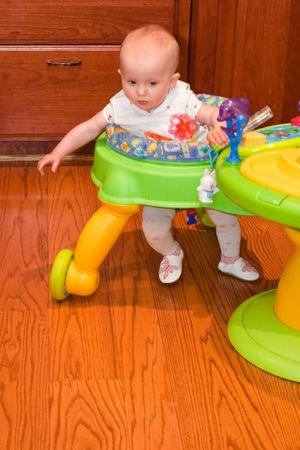 Baby Walker is een apparaat dat kan worden gebruikt door kinderen die niet kunnen lopen op hun eigen te verplaatsen van de ene plaats naar de andere.