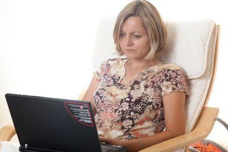 outwork: Teletrabajo, e-commuting, e-trabajo, teletrabajo, trabajo a domicilio (FMH), o de trabajo en el hogar (WAH) es un acuerdo de trabajo en el que los empleados gozan de flexibilidad en la ubicaci�n y horario de trabajo. Foto de archivo