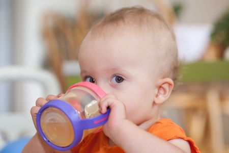 De Sippy Cup is een lekvrije drinkbeker ontwikkeld voor kleuters. Stockfoto
