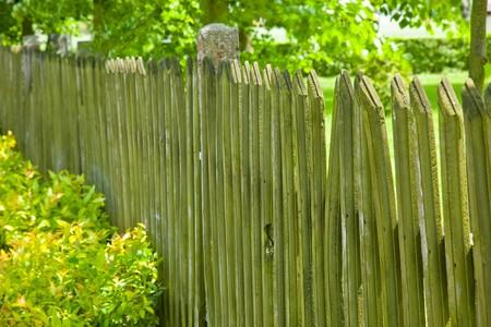 Een hek is een vrijstaande structuur ontworpen te beperken of te voorkomen dat verkeer over een grens. Stockfoto