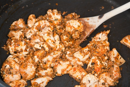 Cajun Chicken Strogonoff has a fine taste. It gets its taste from chicken mixed with pasta and tomato salsa.