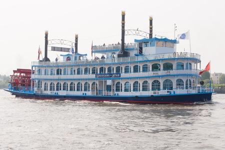 Luxe Schaufelraddampfer Louisiana Star (raderstoomboot Louisiana ster) is in 1999 gebouwd als een marien aantrekkingskracht uit op de haven van Hamburg en de Elbe.