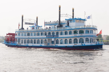 Luxurious Schaufelraddampfer Louisiana Star (paddle steamer Louisiana Star) was built in 1999 as a marine attraction to the port of Hamburg and Elbe. Imagens - 11559706