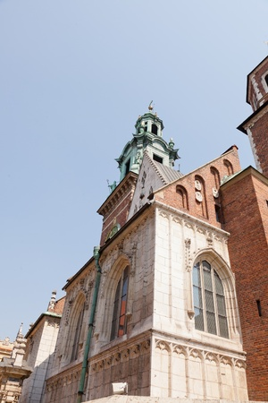 polska monument: Wawel Cathedral, also known as the Cathedral Basilica of Sts. Stanisław and Vaclav, is a church located on Wawel Hill in Kraków Stock Photo