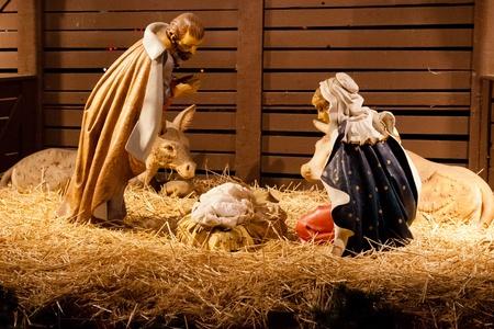 bebe cuna: Escena de la Natividad es una representaci�n del nacimiento de Jes�s como se describe en los evangelios de Mateo y Lucas. Foto de archivo