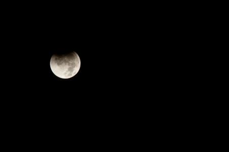 月食は地球が月を打ってから太陽の光をブロックできるように地球の後ろに月を通過するときに発生します。