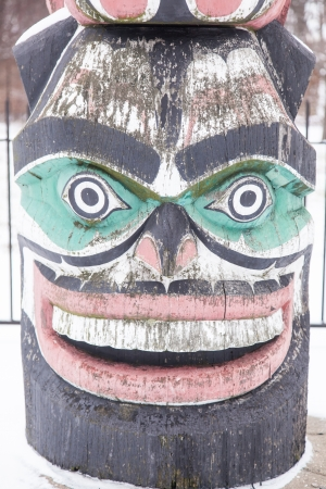totem indiano: Kwanusila, la Thunderbird, ? un autentico Kwagulth indiano Totem, scolpito in cedro rosso da Tony Hunt di Fort Rupert, British Columbia. Archivio Fotografico