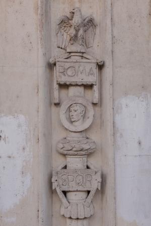 spqr: Relevaci�n antigua romana en edificio municipal en la calle Via dei Cerchi, Roma, Italia