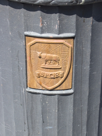 spqr: Bote de basura p�blica con SPQR emblema en la calle de Roma, Italia Editorial