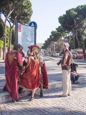 spqr: Ejecutantes en traje legionario romano en roma Editorial