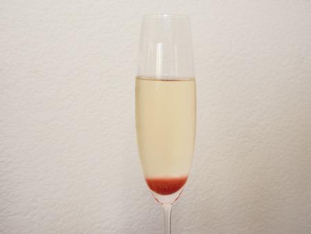 Strawberry Bellini ist eine Mischung aus Sekt und Erdbeersirup. Standard-Bild - 29281653