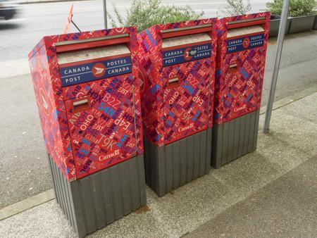 캐나다 거리의 모퉁이, 쇼핑 센터 및 대중 교통 수단에 편리하게 위치한 빨간 거리 편지 상자를 게시하십시오.