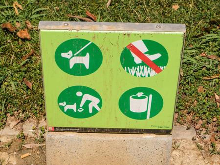 Sign prohibiting walking on grass, picking flowers ant littering. 版權商用圖片 - 31729740