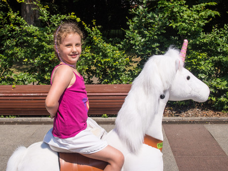 Paardrijden speelgoed pony's op de belangrijkste toeristische promenade in Kolobrzeg, Polen Stockfoto