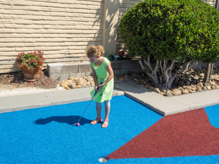 Divertirse jugando al mini golf en la tarde soleada. Foto de archivo - 33202775