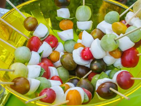 brochetas de frutas: Pinchos de la fruta son manera divertida, hermosa, y distintivo para servir frutas en la fiesta. Foto de archivo