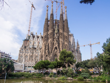Basílica i Temple Expiatori de la Sagrada Família is a large Roman Catholic church in Barcelona, Spain, designed by Catalan architect Antoni Gaudí Foto de archivo