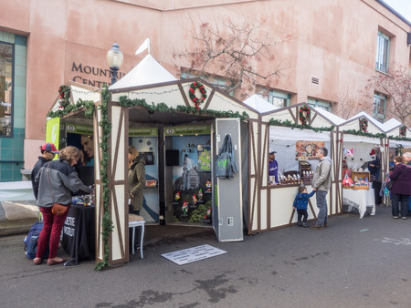 weihnachtsmarkt: MOUNTAIN VIEW, CAUSA - DECEMBER 13: German Holiday Market in Downtown Mountain View on December 13, 2014. Editorial