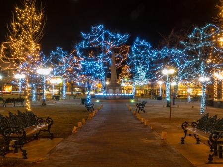 Weihnachtsbeleuchtung und Dekorationen auf historischen Santa Plaza in New Mexico Standard-Bild - 38781899