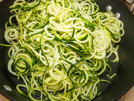 espiral: Making of espiral espaguetis de calabac�n fideos de imitaci�n.
