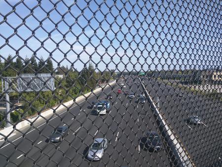 Weergave van Highway 101 door hek van viaduct. Stockfoto