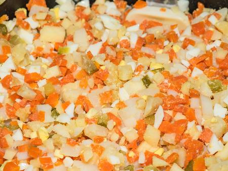 carnes y verduras: Ensalada rusa o russe Salade, tambi?n conocido como Salade Olivier es una ensalada compuesta de cubitos de patata, verduras y carnes con destino a veces en la mayonesa. Foto de archivo