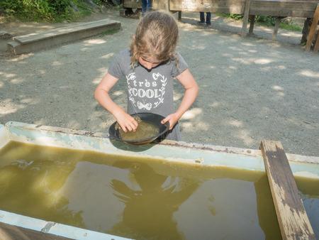 prospector: El lavado de oro es una forma de explotación minera del placer y la minería tradicional que extrae el oro de un depósito aluvial usando una sartén.