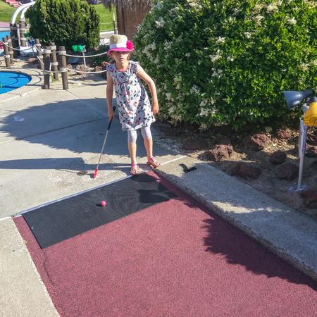 Divertirse jugando al mini golf en la tarde soleada. Foto de archivo - 42082258