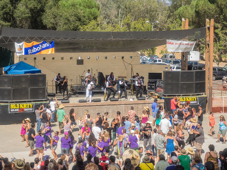 arts and crafts: GILROY, CAUSA - July 24-26, 2015: 37th annual Gilroy Garlic Festival is ultimate summer food fair entertaining nearly 100,000 visitors with 50 live concerts, children's activities, arts & crafts, an international cooking competition and extraordinary c