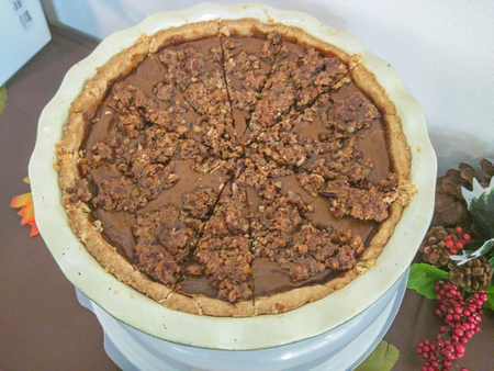 mouthwatering: Rich, crispy pecan topping and maple syrup lend a mouthwatering twist to creamy pumpkin pie Stock Photo