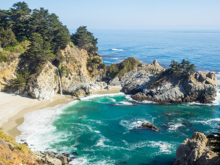 McWay Falls is an 80-foot waterfall located in Julia Pfeiffer Burns State Park that flows year-round. Reklamní fotografie