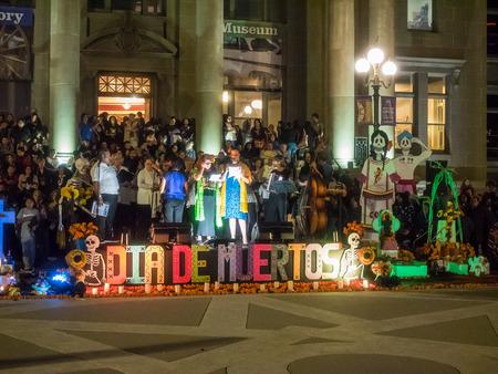 traje mexicano: Redwood City, CA  EE.UU. - 6 de noviembre 2016: Día de Los Muertos celebración para tonor los muertos con un desfile y fiesta en el centro de Redwood City. La celebración incluirá música, actividades para niños, comida tradicional, los proveedores y el concurso de altares en el San Mateo