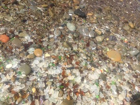 유리 해변은 MacKerricher 주립 공원 근처의 Fort Bragg, 캘리포니아 근처의 해변으로 마을의 북부 근처의 해안선 지역에 쓰레기를 수년 동안 버린 바다 유리로 풍부합니다. 스톡 콘텐츠 - 71533694